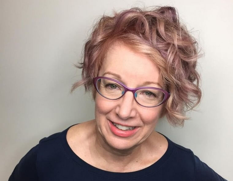 Combine your short curly hair with colored glasses