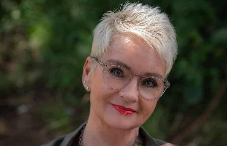 Short hairstyle in white for a woman over 50 years old